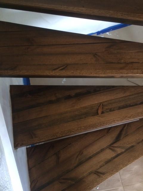 Sliping, pigmentering og lakkering av trapp.