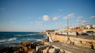 חתן וכלה ביום צילומי חתונה בחוף תל אביב יפו. צילום - ליאור משה