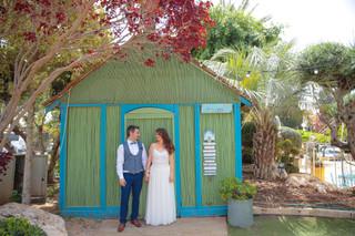 בקתה כפרים וחתן כלה ברגע של נחת. צילום - ליאור משה