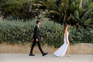 חתן וכלה ביום צילומי חוץ אורבני לקראת החתונה