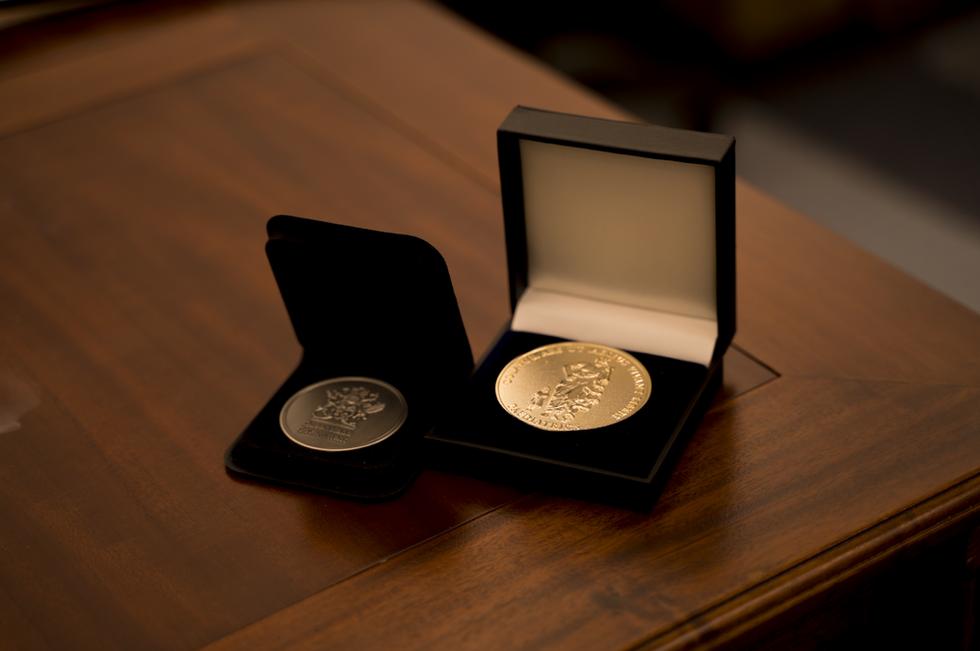 Round medal case
