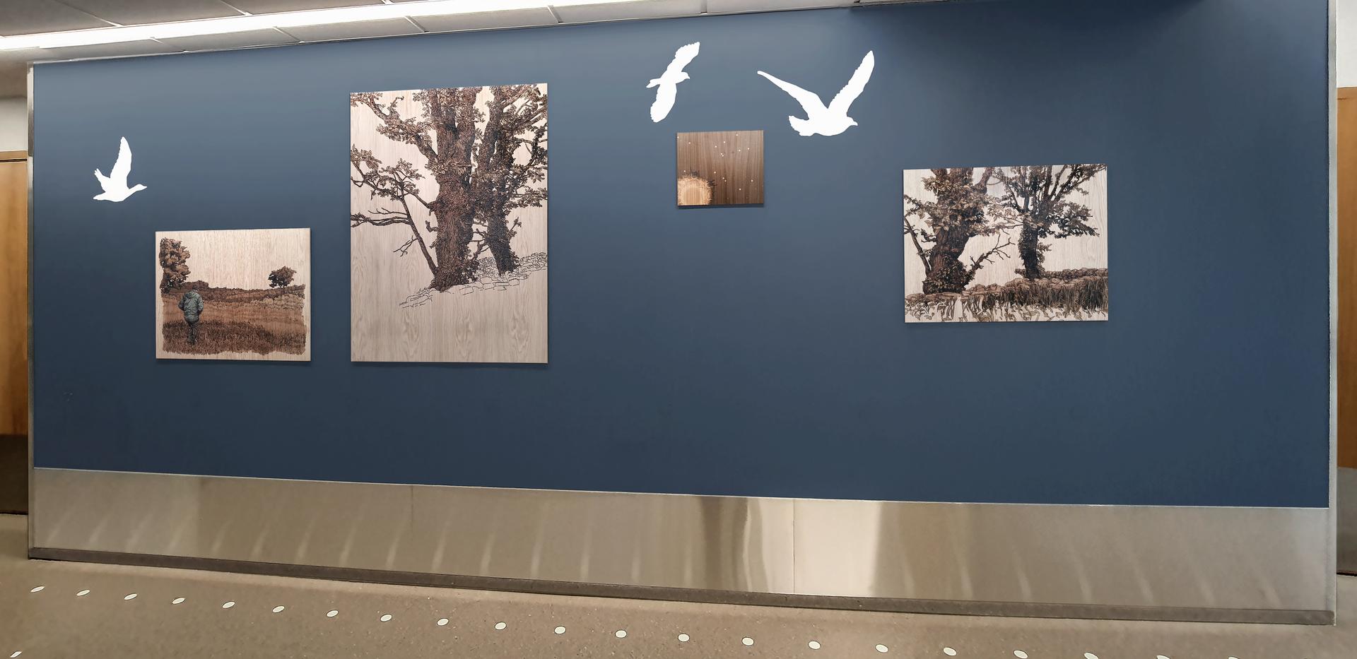 blå vegg med eiketrær
