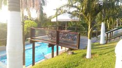 Deck sobre a piscina