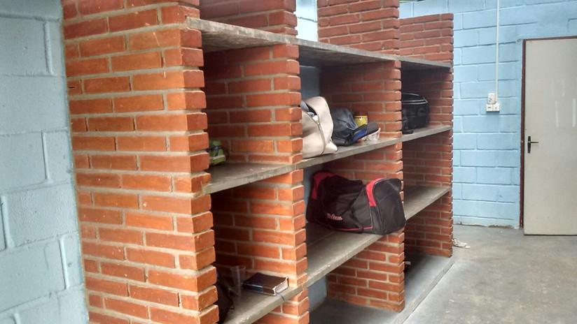 Espaço para malas, roupas e sapatos