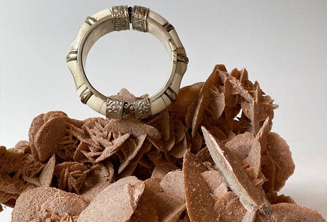 ancien bracelet en os et pièce metal argente