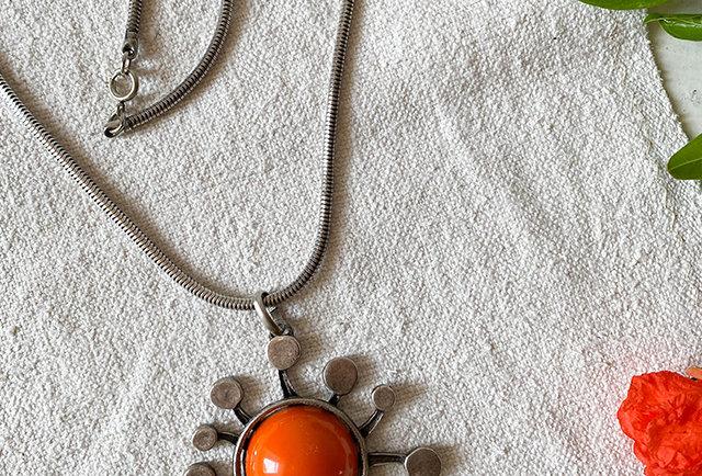 collier vintage70, pendentif soleil rouge