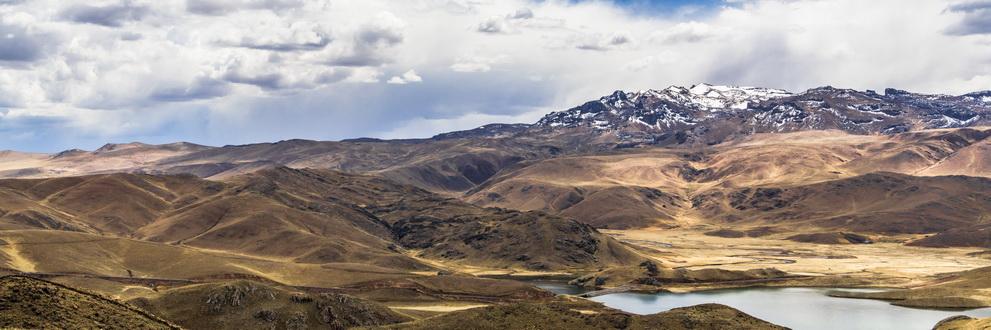 The mountain peaks around the lake Lagun