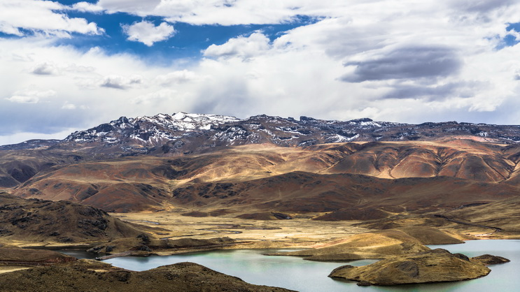 Lagunillas lake surrounded by mountains.