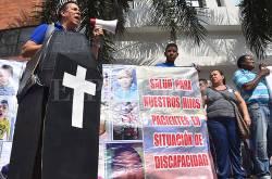 Pacientes de Cafesalud en Cali despiden la EPS con funeral simbólico