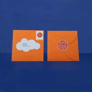 Enveloppe met persoonlijke postzegel, sluitsticker en adressticker