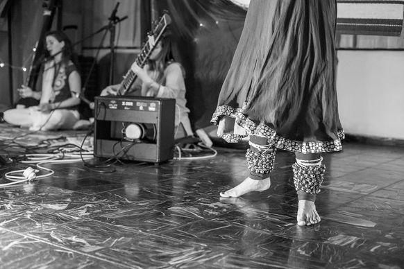 רקדנית הודית שמלה שחור לבן