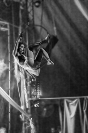 אישה על חישוק באויר