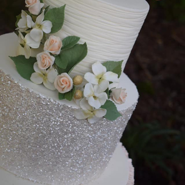 roses and hydrangea wedding cake