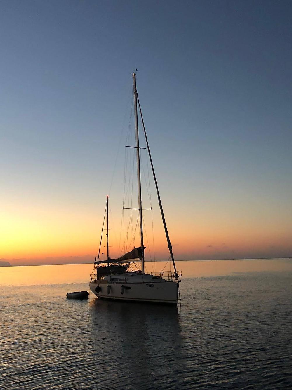 Barca, tramonto, Egadi
