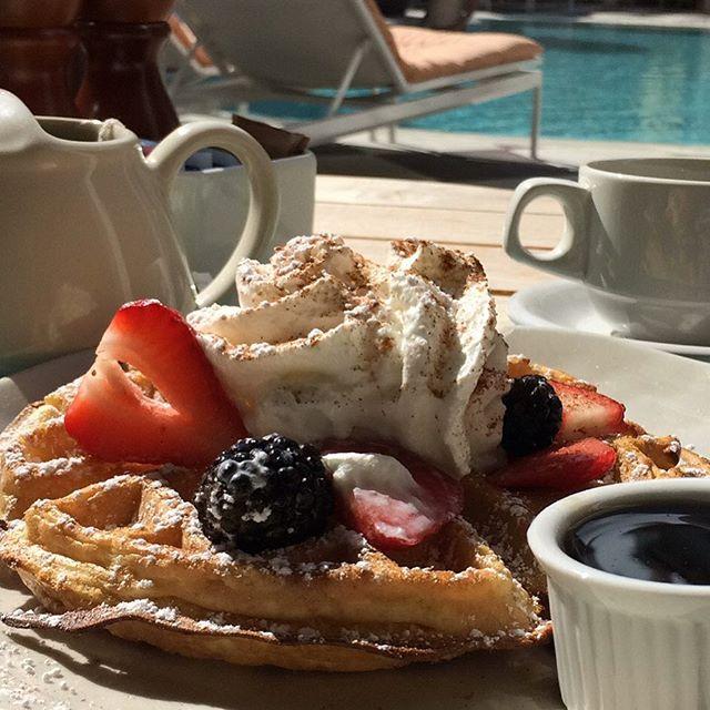 Svegliarmi così, di domenica mattina, col pensiero di un waffle tiepido con panna, more e lamponi, g