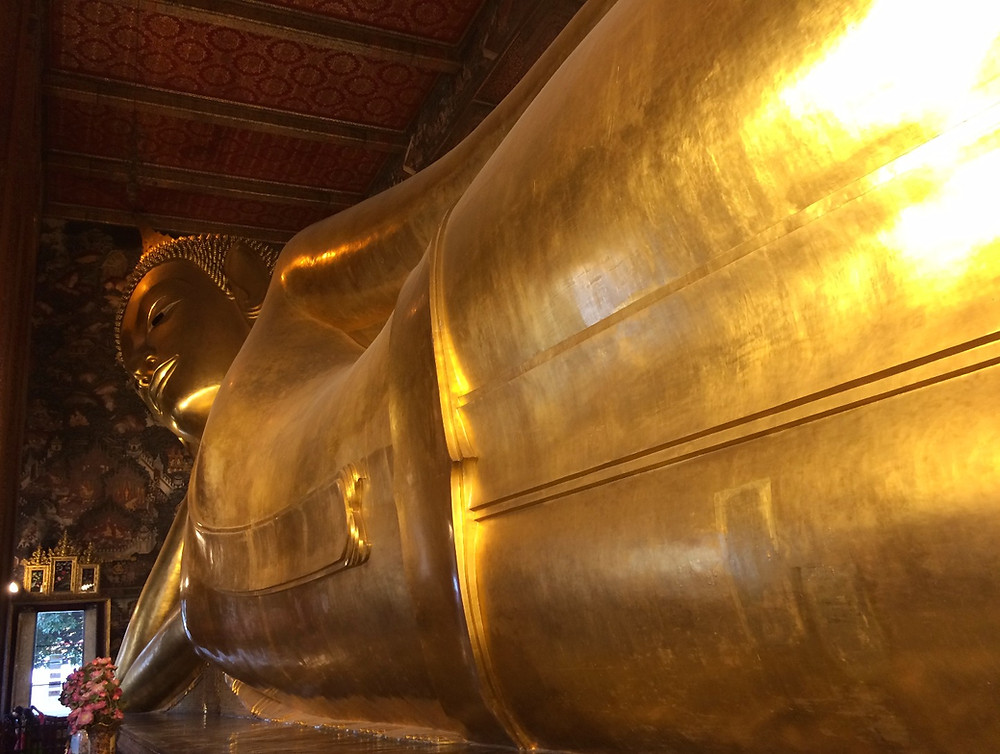 Buddha sdriato, Wat Pho, Bangkok, Thailandia