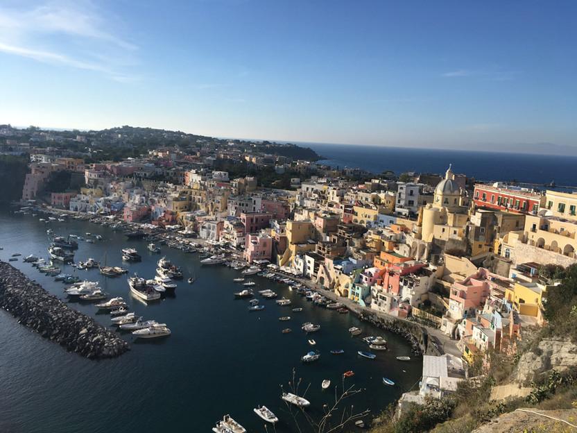 ITALIA. Procida, l'isola dei pescatori e delle case colorate a picco sul mare
