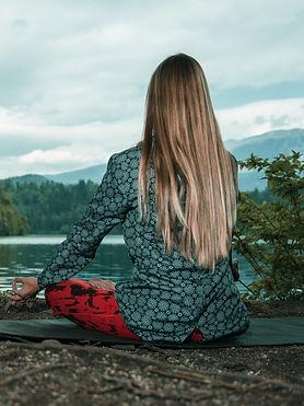 mindful-meditation-by-the-lake-P3CBBYB_e