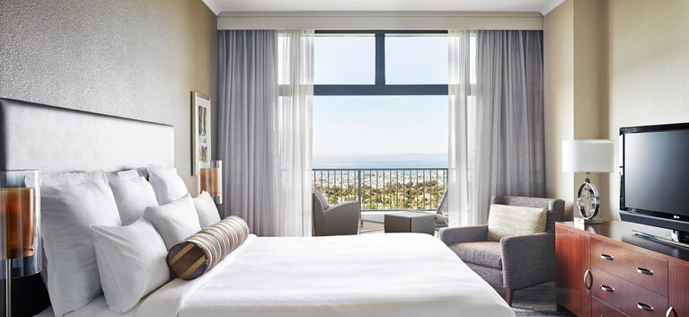 NEWPORT BEACH MARRIOTT HOTEL SUITE BEDRO