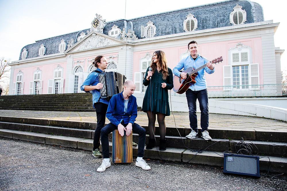 Bandfoto von Tanzbar Eventband, bei der Bube Dame Herz Messe auf Schloss Benrath in Düsseldorf