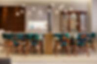 Sala de jantar colorida, com iluminação importada, cadeiras com tecido Adriana Barra, Azul e vermelho com madeira. projeto Aonze Arquitetura
