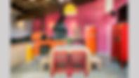 Espaço gourmet colorido, inspirado em cores da ásia. Rosa, vermelho, laranja nas paredes. Churrasqueira e forno de pizza tornam o espaço funcional. Grande mesa em madeira de demolição. Projeto Aonze Arquitetura.