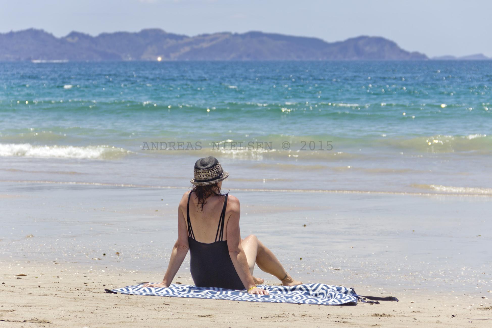 Kvinde kigger på det azurblå hav.