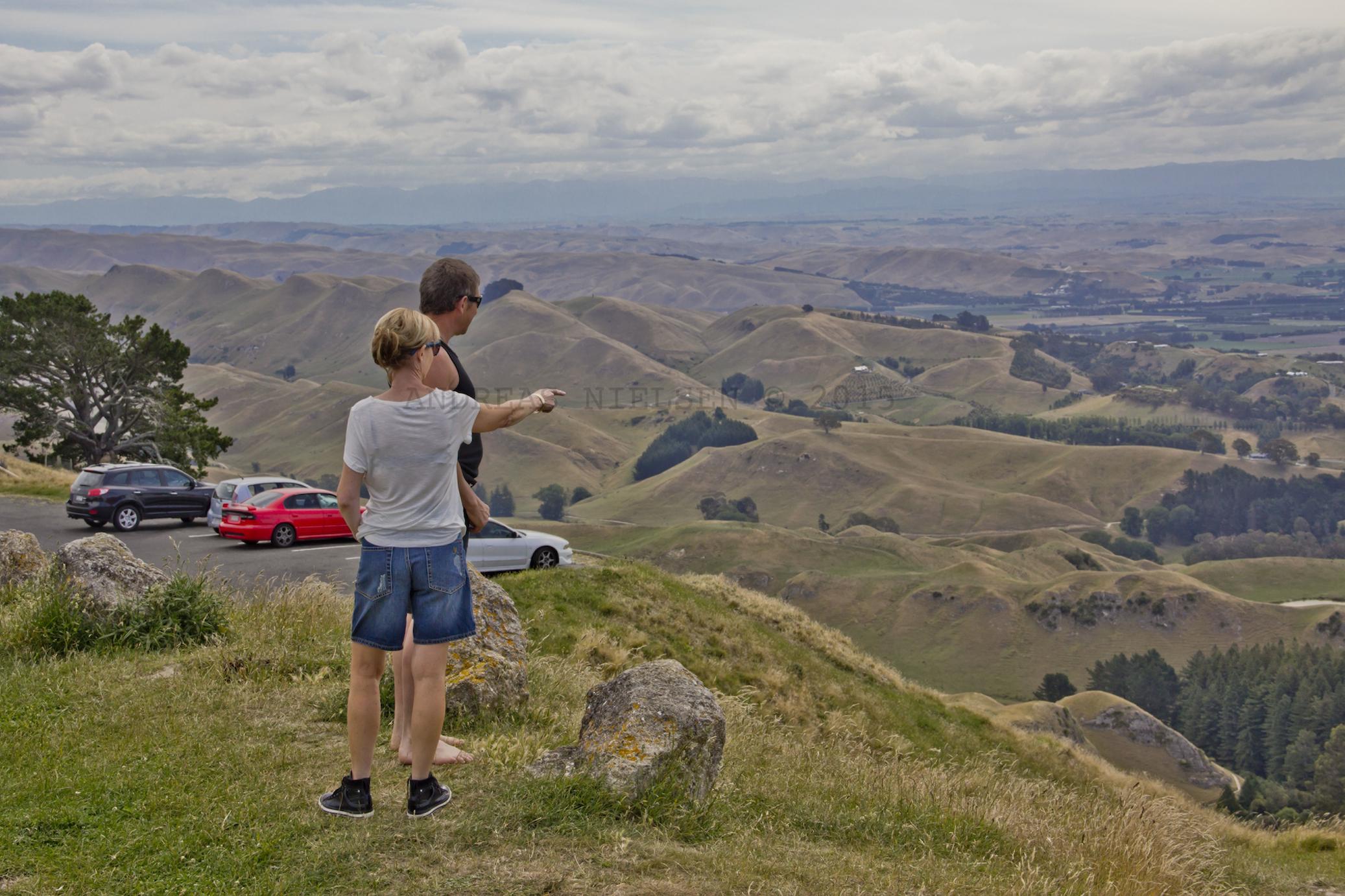 Besøgende kigger ud i landskabet.