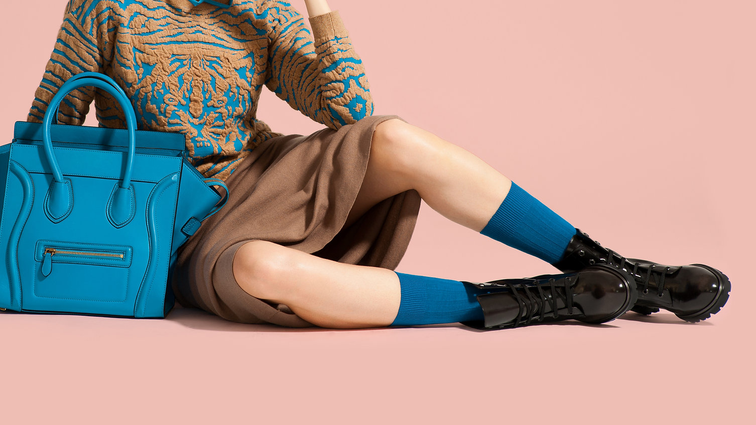 zapatos negros calcetines azules