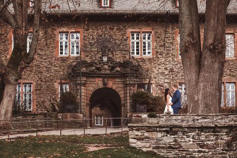 Hochzeitsfotografie in Attendorn, Burg Schnellenberg  fotografin-fotograf-hochzeitsfotografin-hochzeitsfotograf-hochzeit-meinerzhagen-kierspe-attendorn-olpe-siegen-herscheid-lüdenscheid-gummersbach-halver-radevormwald-hückeswagen-märkischerkreis-olperkreis-siegenwittgenstein-oberbergischesland-oberberg-sauerland-siegerland