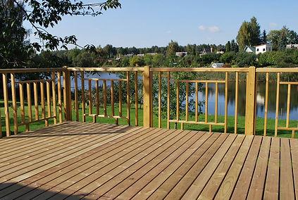 mediniai tvorų elementai, džiovinta terasa, impregnuota terasa, lentos, obliuotos