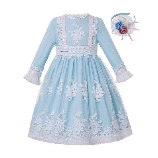 Светло-голубое платье с кружевом