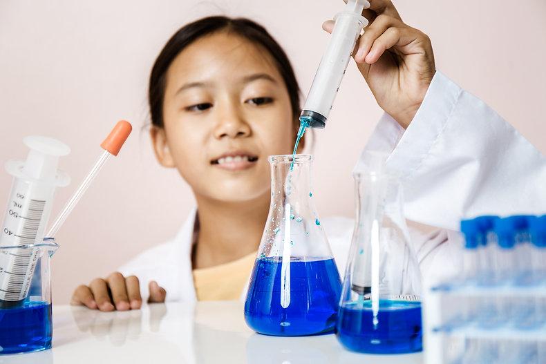 child-girl-playing-as-science-biotechnol