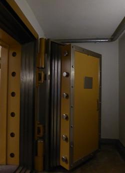 kluisdeur van oude nederlandse bank_edited