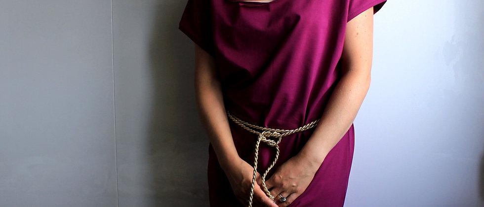 Nachové šaty s prostřihy a zlatým lanem