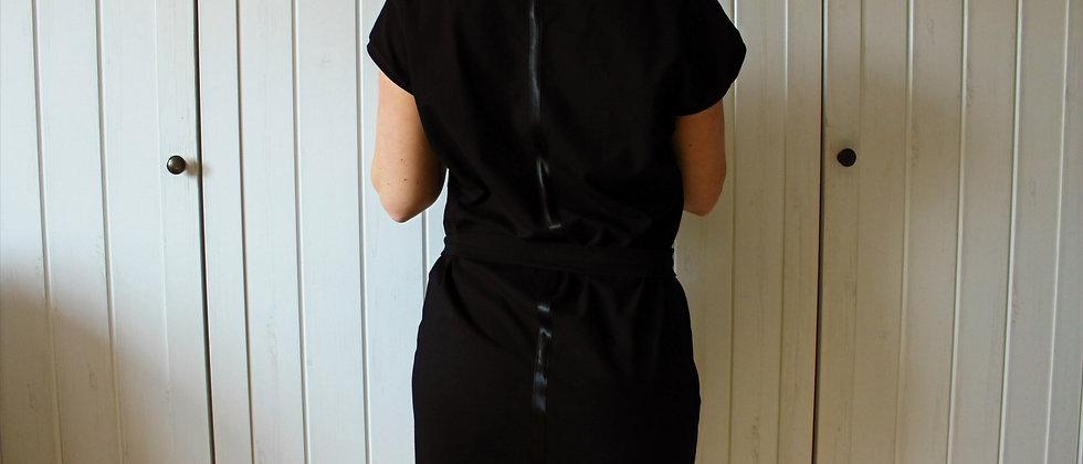 Černé šaty se saténovou stuhou na zádech