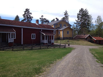 Iso-Pappilan päärakennus ja tupa, Mäntyharjun museon ympäristöä kesällä