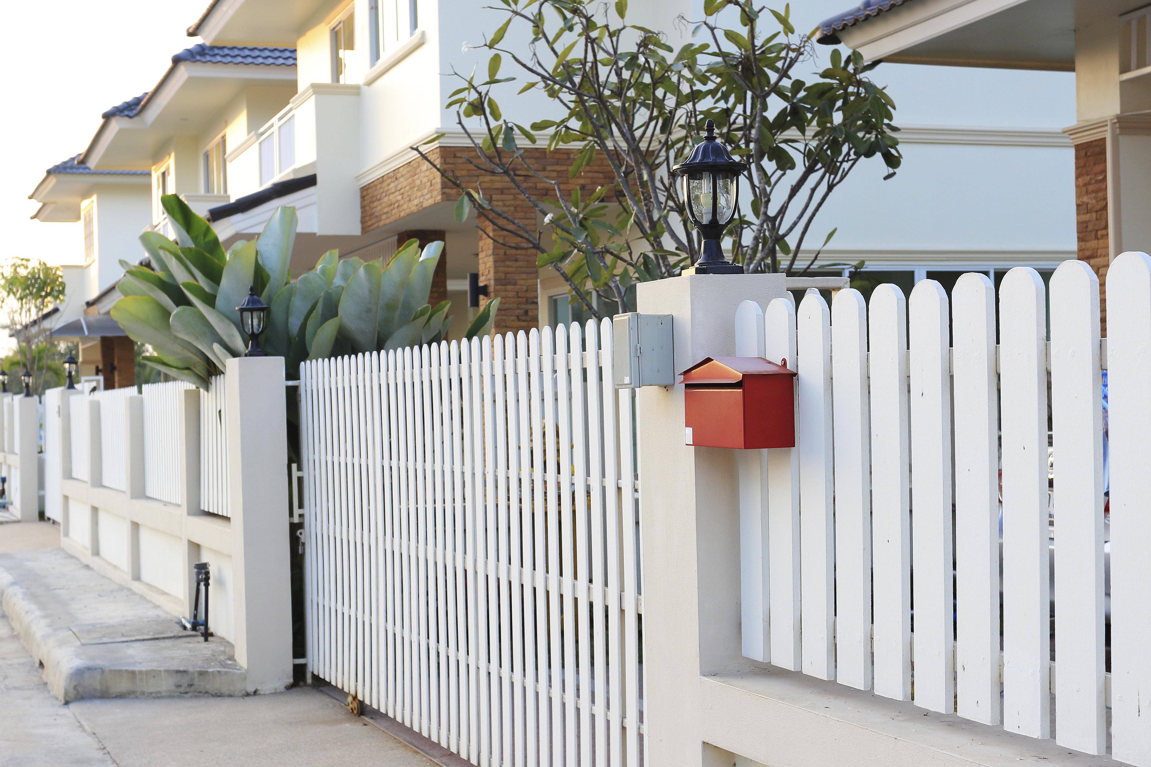 Классический белый забор из досок