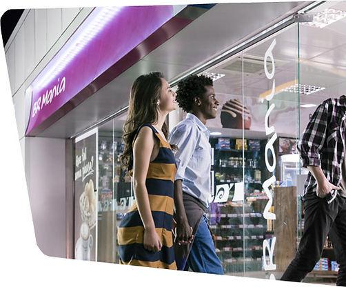Casal entrando na loja Br Mania - Sanvitto