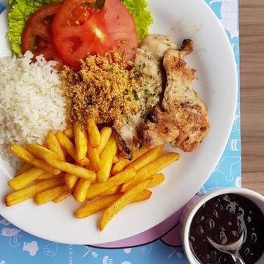 Aproveite o nosso a la minuta durante o almoço! De frango, gado, entrecot ou vegetariano!