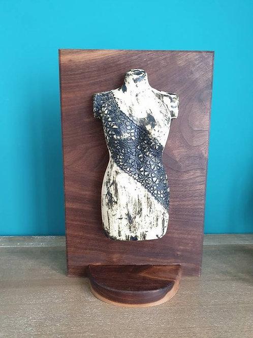 Keramiek damestorso op houten plank met voet