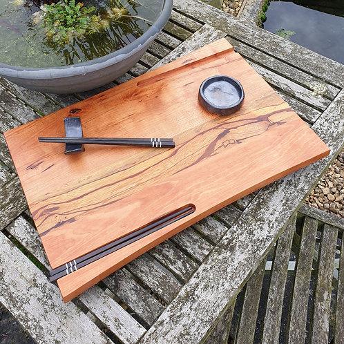 Sushiplank voor 2 personen (met chopsticks, sojasaus schoteltje en houder)