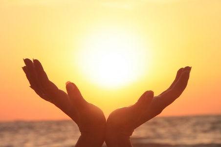 girl-holding-the-sun-sunrise__32633-480x