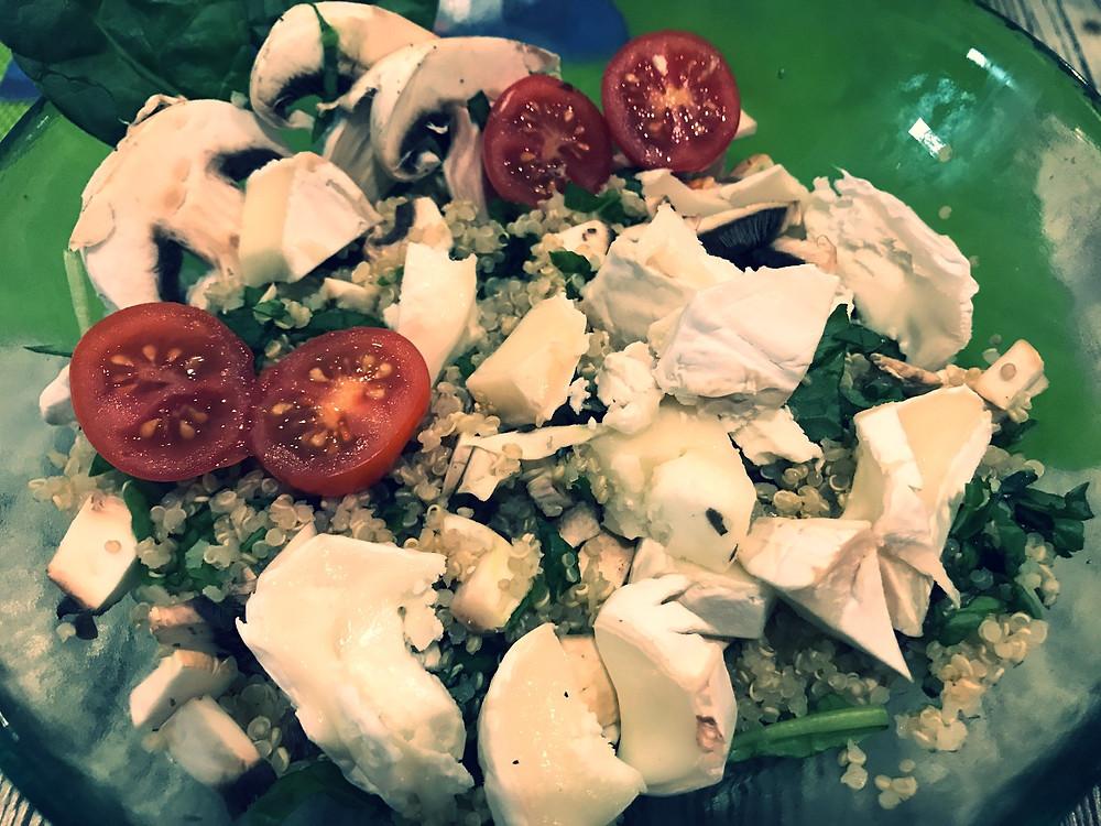 Quinoa Salat mit Ziegenkäse, Champignons, Tomaten und Rucola