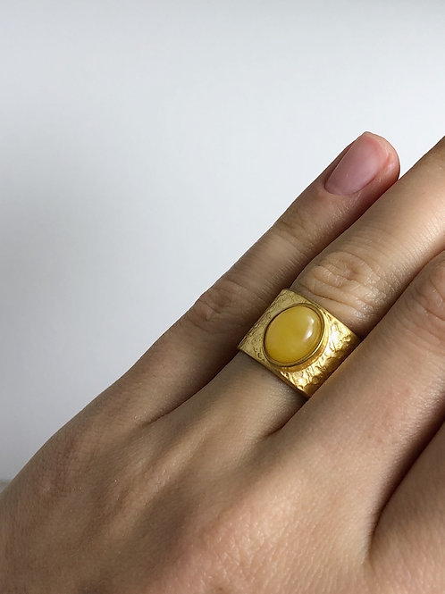 Позолоченное кольцо с янтарем, размер 15,5