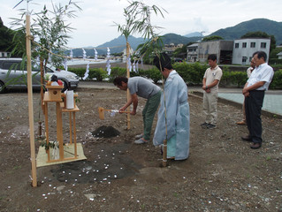 西伊豆 松崎町でイギリスコッツウォルズスタイルの家が着工しました。