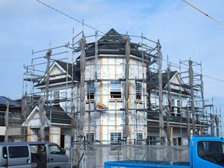 藤枝市でクイーンアンスタイルの家が建築中