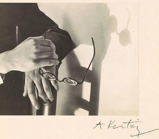 André Kertész, Les mains de Paul Arma et ombres, Paris, 1928