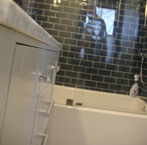 Bathroom%202nd%20Flr1%20copy_edited.jpg