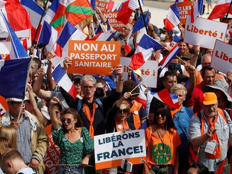 Na França, milhares de pessoas protestam contra passe que atesta a vacinação